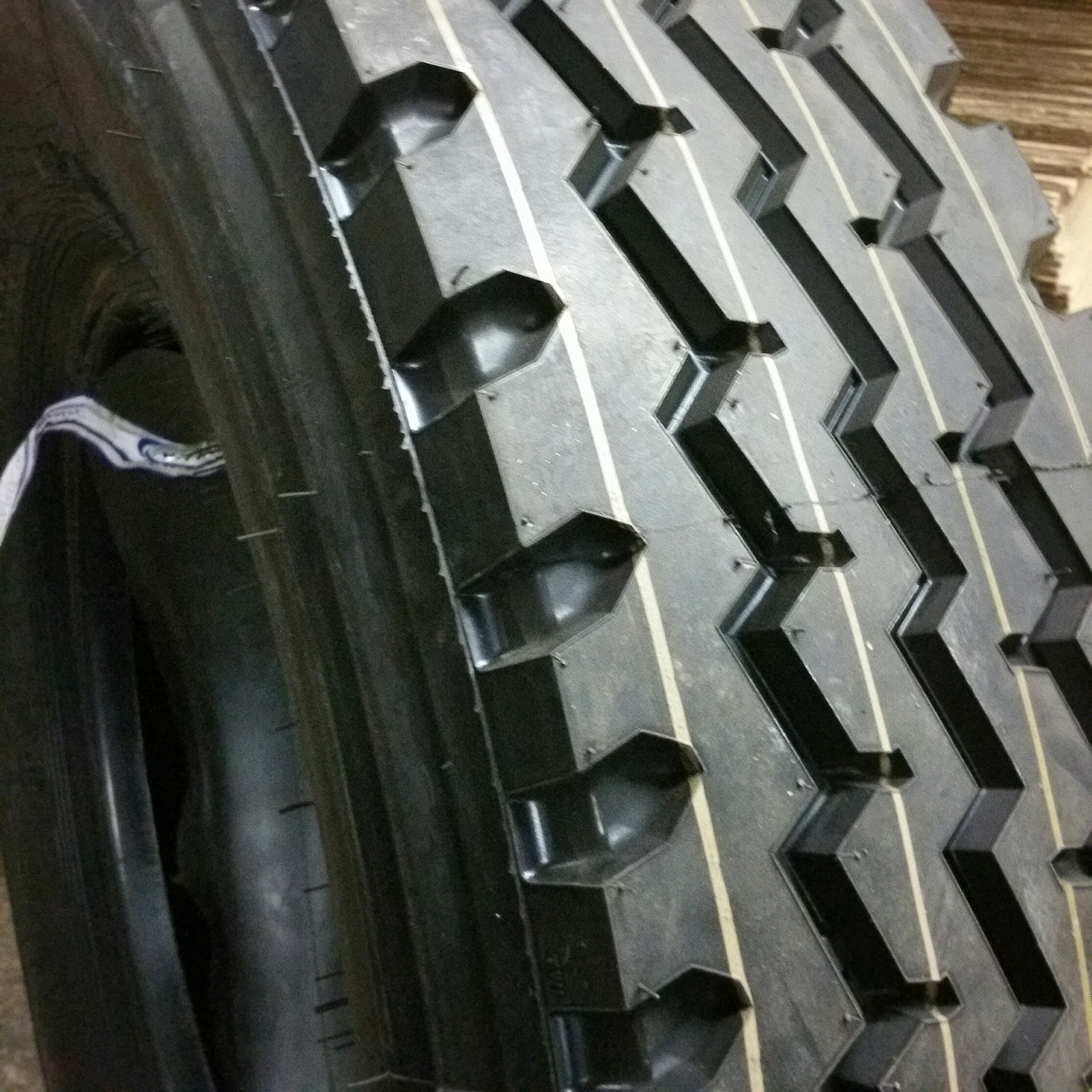 Truck Tires for Sale at Wholesale Prices 12r24.518 Ply Road Warrior